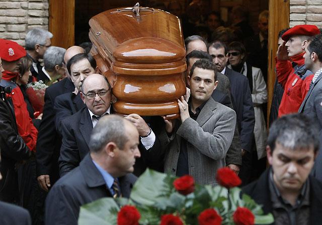 Cientos de vecinos y numerosas autoridades políticas asisten al funeral por Carlos Chivite