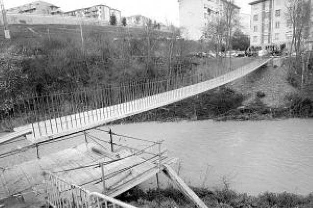 Montaje de barandillas en la nueva pasarela sobre el río Elorz