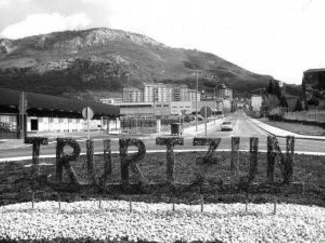 El nombre de la localidad, inscrito en la rotonda de entrada