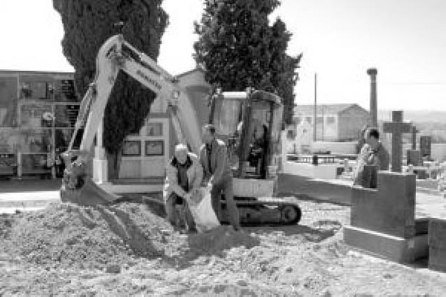 San Adrián inicia la exhumación de 127 sepulturas en el cementerio municipal