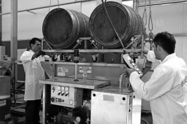 Una empresa ofrece desde Viana una técnica para regenerar barricas de vino