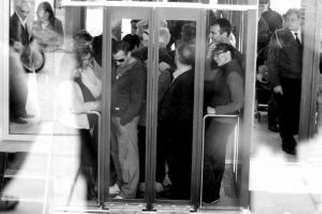 Otro día de colas en los ascensores