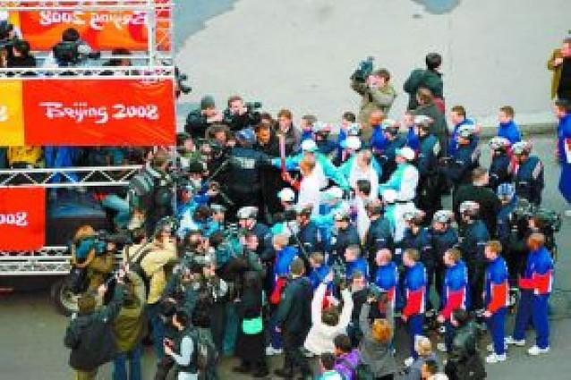La antorcha olímpica se apaga a su paso por París