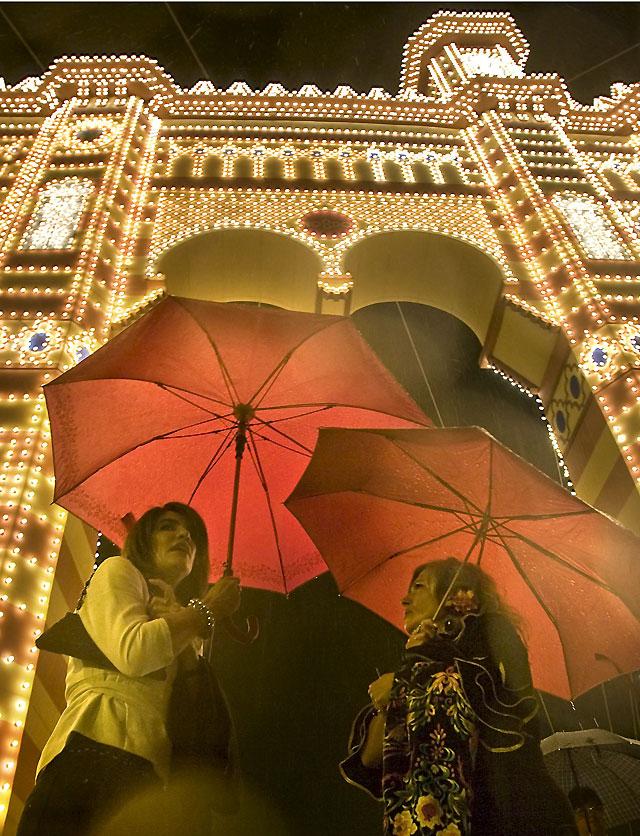 """El """"alumbrao"""" de 367.000 bombillas abre la Feria de Abril"""