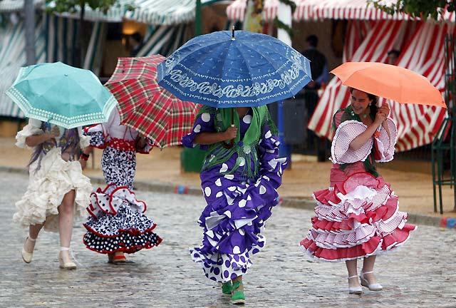Miles de personas disfrutan de la Feria de Abril a pesar del viento y la intensa lluvia