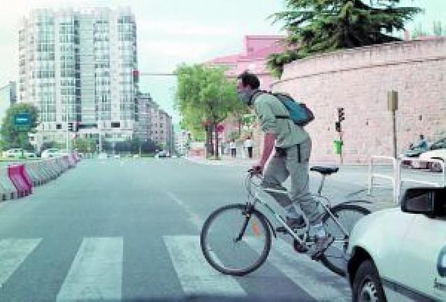 Propuesta para que en Pamplona los ciclistas crucen a pie los pasos de cebra