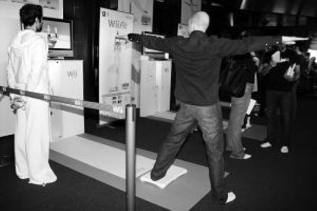 La consola Wii presenta una tabla para hacer ejercicio
