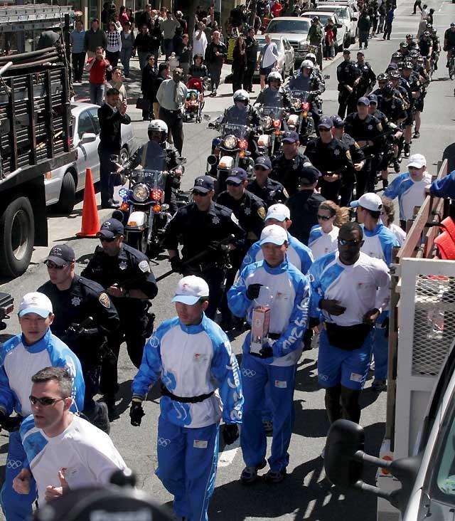 La antorcha olímpica finaliza su recorrido modificado por las calles de San Francisco