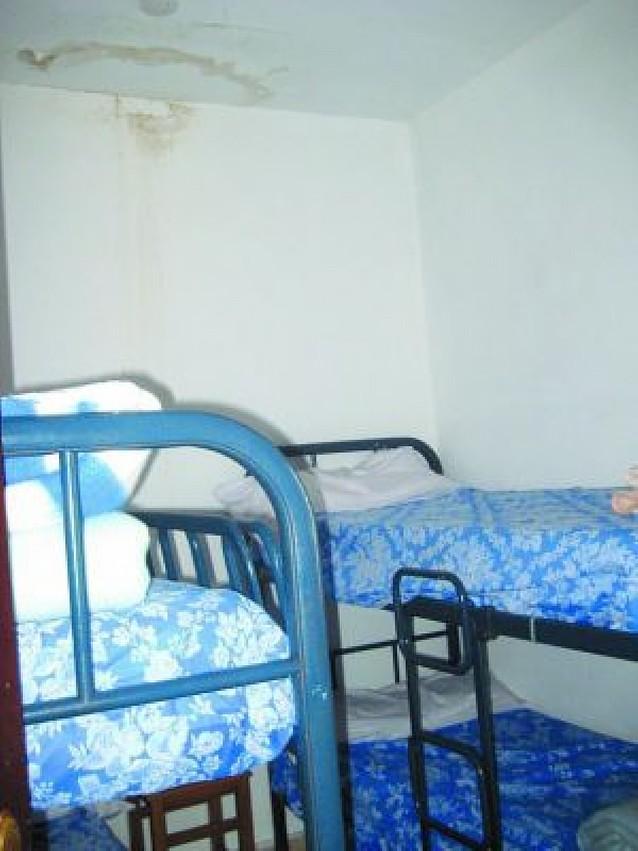 La humedad acentúa el deterioro del albergue de Alsasua, de unos 50 m2
