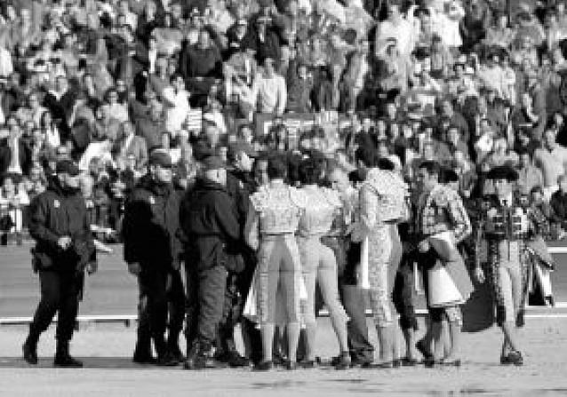 La policía interviene para que los toreros dejen la plaza tras suspenderse la corrida en Sevilla