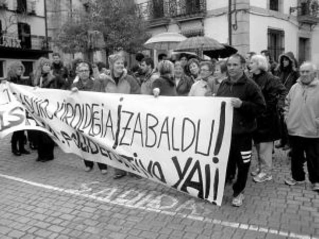 Vecinos de Alsasua protestan por la demora de las piscinas cubiertas