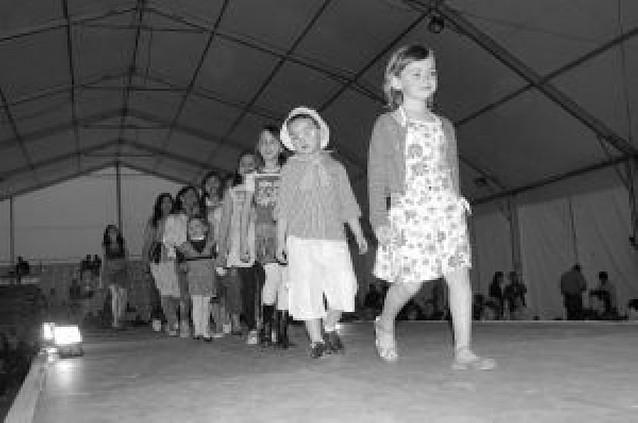 Más de 200 personas asisten a un desfile solidario con los niños de Paraguay