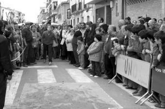 Miguel Martínez gana el torneo de lanzamiento de huesos de oliva