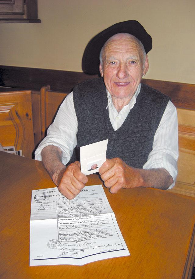 El primer DNI, con 81 años