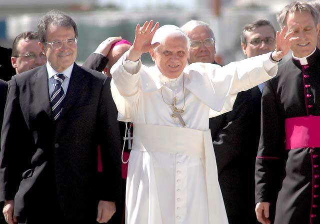 """Benedicto XVI dice que el escándalo de los sacerdotes pederastas fue """"una vergüenza"""""""