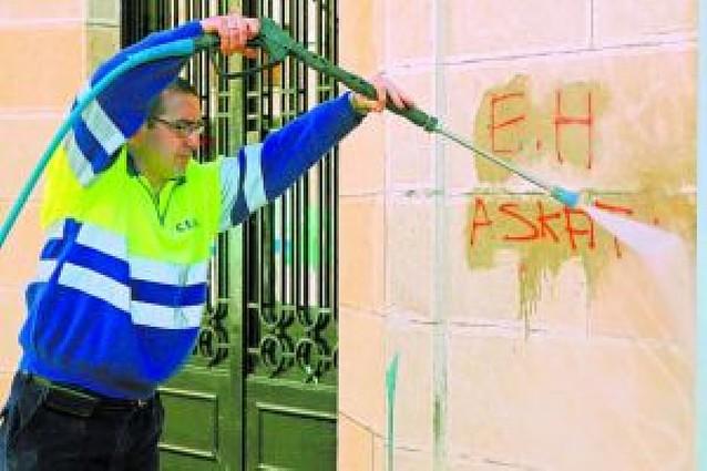 Más de 300 pintadas ensucian de nuevo el centro urbano