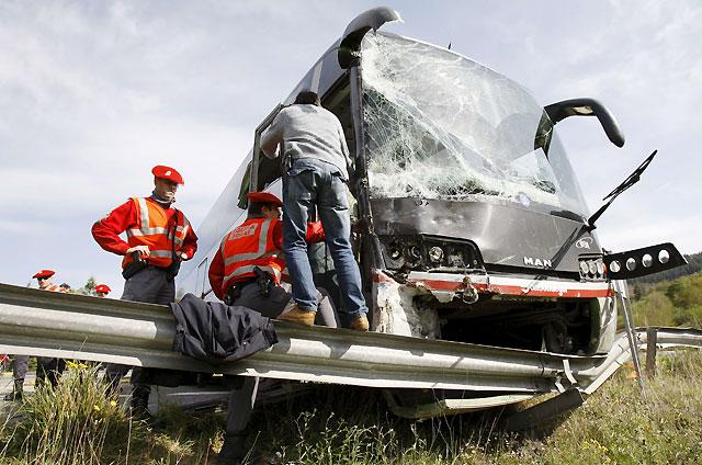Doce heridos, uno muy grave, en el choque de un camión contra un autobús en la N-121 en Sunbilla