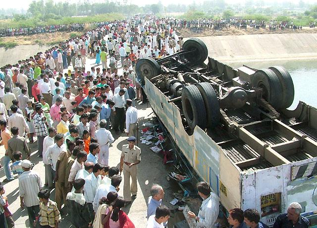 Al menos 42 personas, la mayoría de ellos niños, mueren en un accidente de autobús en India