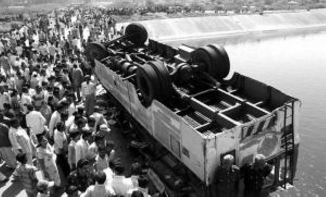 Mueren 47 personas tras caer un autobús a un canal en la India