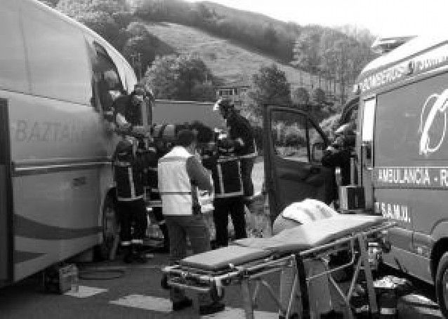 Once heridos, uno en estado crítico, tras colisionar un autobús y un camión en Sunbilla