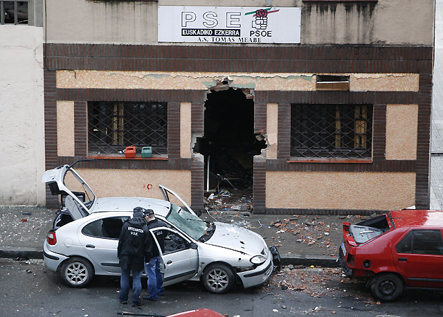 La bomba colocada por ETA en una sede del PSE en Bilbao estaba compuesta por cinco kilos de explosivo