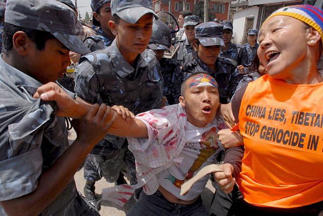 Detenidos varios manifestantes tibetanos ante la embajada china en Nepal