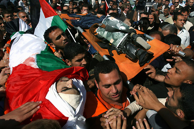 Cientos de palestinos asisten al entierro del cámara de Reuters en Gaza