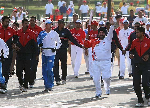 La antorcha olímpica pasa por India sin público y bajo la protección de 15.000 policías