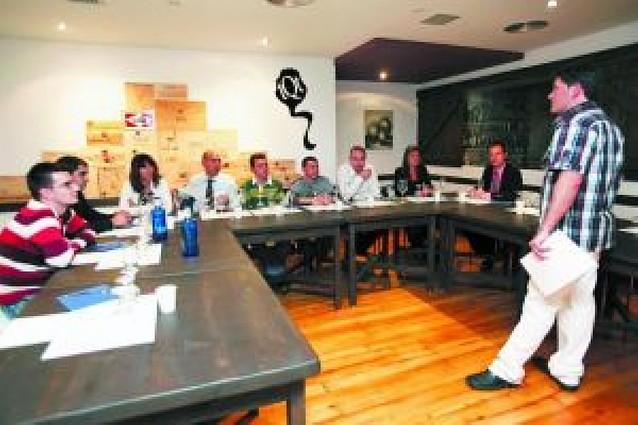 12 personas asisten a un taller de cocina sobre alcachofa y vino