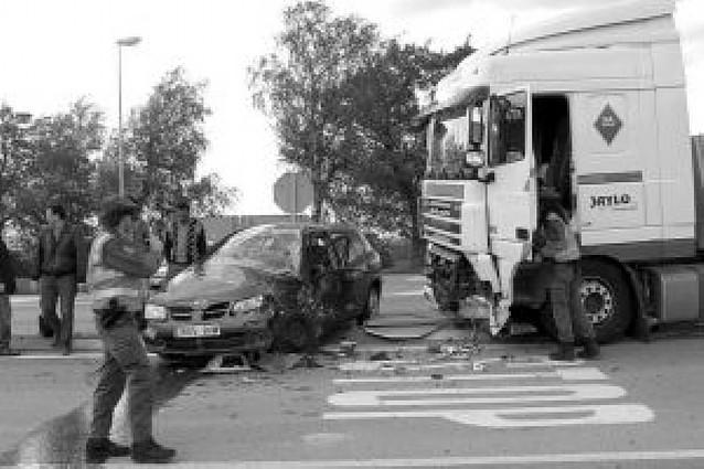 Accidente sin heridos entre un camión y un coche