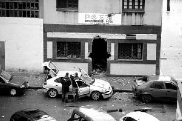 ETA hiere a siete ertzainas tras la explosión de una bomba en una sede del PSE en Bilbao