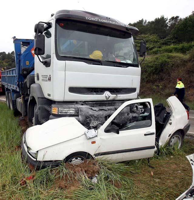 Dos muertos al chocar un camión y un coche en Sentmenat (Barcelona)