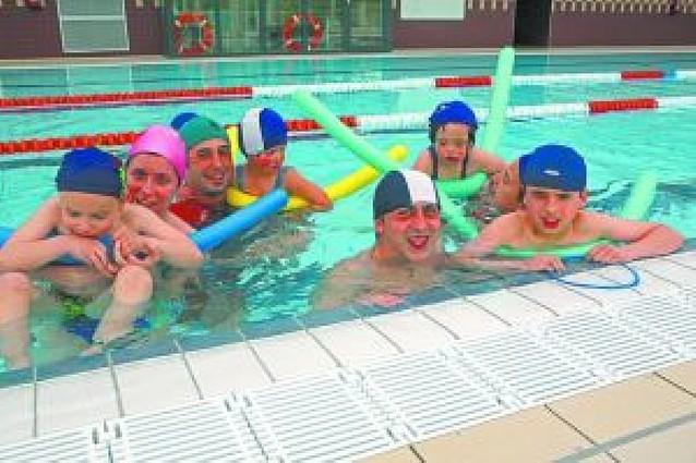 Anfas se sumerge en las piscinas de Ayegui y Estella en sus cursos de natación