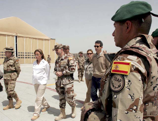 """Chacón traslada al Ejército el """"inmenso orgullo y admiración"""" por su servicio a España, la paz y la libertad"""