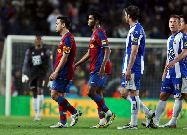 El Barça empata en el derbi y dice adiós a la Liga