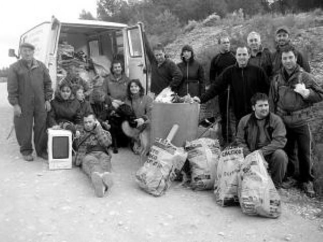 Los voluntarios del grupo Ibaigorri limpiaron los montes de Lerín