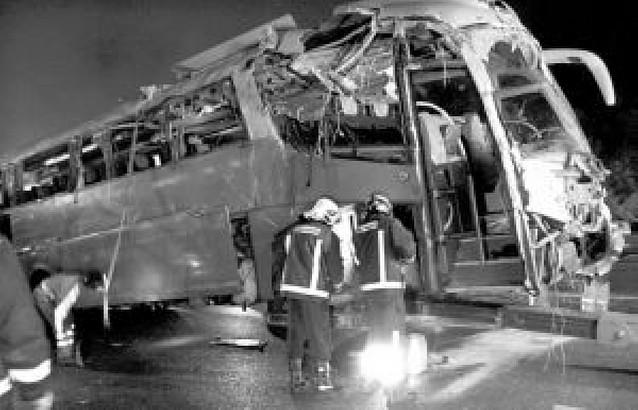 Nueve muertos al volcar un autobús de finlandeses en Málaga