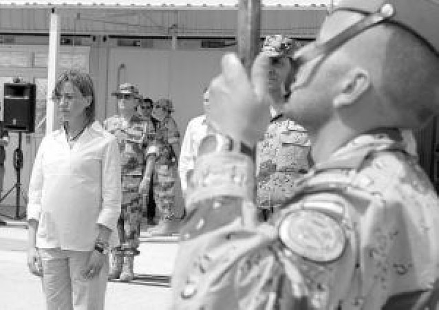 """Carme Chacón lleva la """"admiración de España"""" a los soldados en Afganistán"""