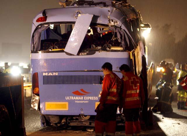 Siguen ingresados 18 heridos en el accidente de autobús registrado ayer en Benalmádena (Málaga)