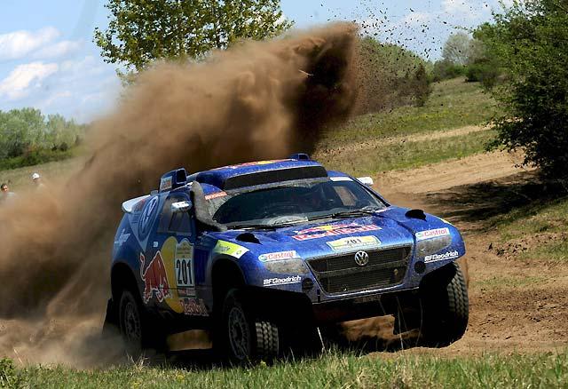 Carlos Sainz en coches y Marc Coma en motos, primeros líderes del rally Centroeuropeo