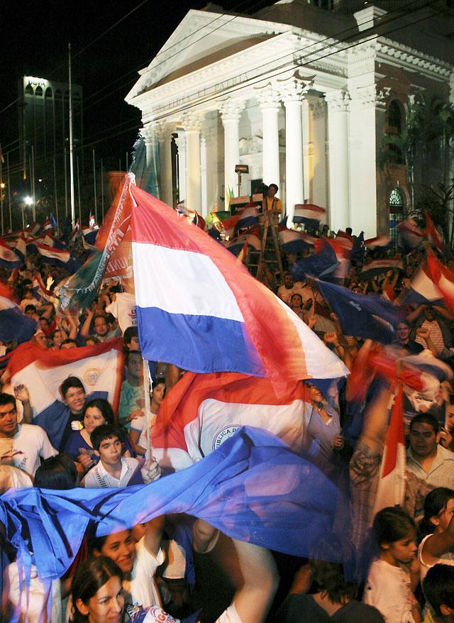 """Estallido popular en Paraguay por el triunfo de Lugo y la caída de los """"colorados"""""""