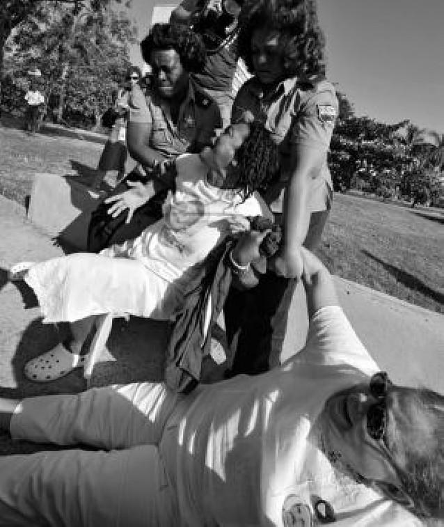 """Disuelven por la fuerza una sentada de las """"Damas de Blanco"""" en La Habana"""