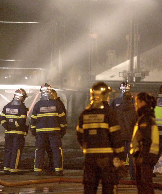 Atendidas cinco personas por inhalación de humo en el incendio de un ferry en Algeciras