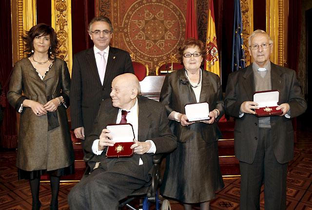 Antonio Azcona, María del Carmen Forcada y Leonardo Polo reciben la Cruz de Carlos III El Noble de Navarra
