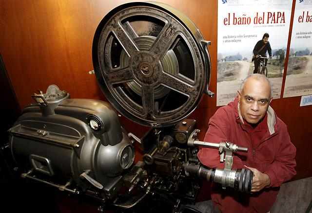 La galardonada película del uruguayo Enrique Fernández, 'El baño del Papa', se estrena mañana en Pamplona