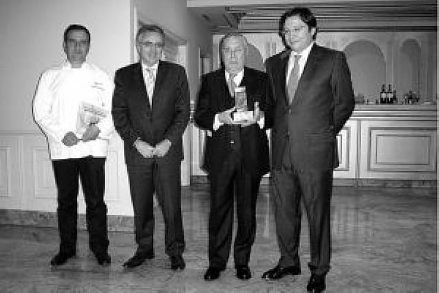 El secretario de Cintruénigo, José Mª González, recibe el premio Aura de restauración