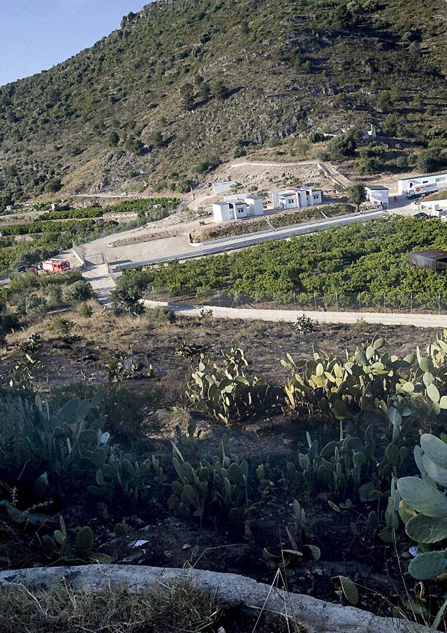 Los Bomberos controlan un incendio que afectó a un monte cercano a una pirotecnia en Valencia