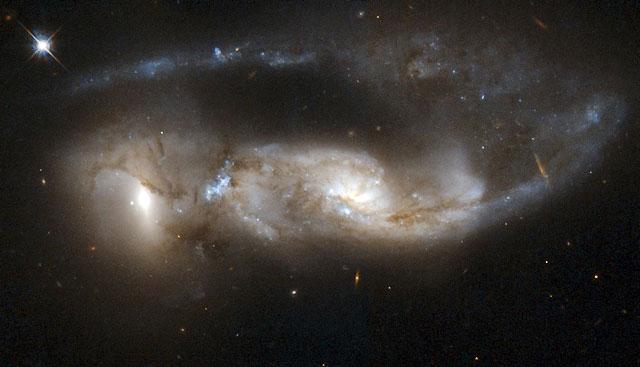 """Celebran el 18 aniversario del telescopio espacial """"Hubble"""" con fotos de la """"guerra"""" de las galaxias"""