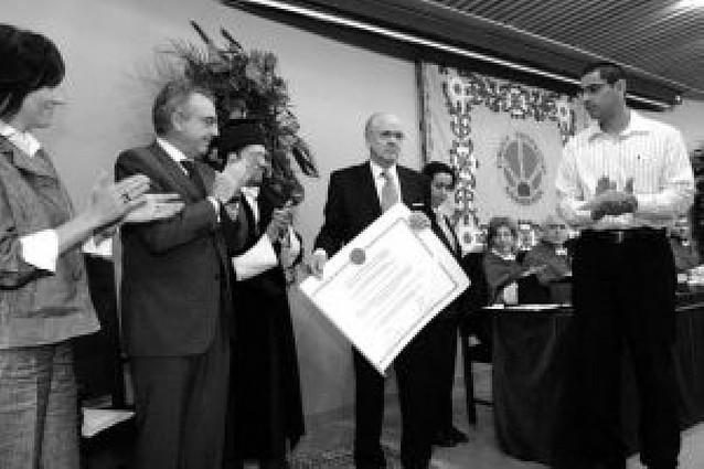 """La UPNA premia a Jon Cortina, """"un hombre entregado a su vocación"""""""