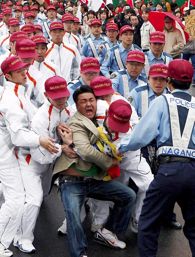 Cuatro heridos y cinco arrestados en las leves protestas en Nagano al paso de la antorcha olímpica